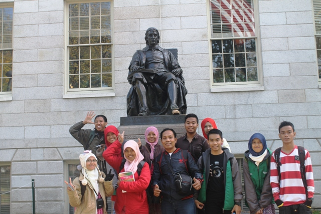 Di depan Harvard University
