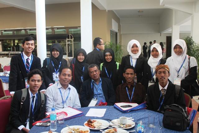 Rektor IISBUD bersama mahasiswa UTS di Kedah Malaysia Utara saat menghadiri AUYS 2015
