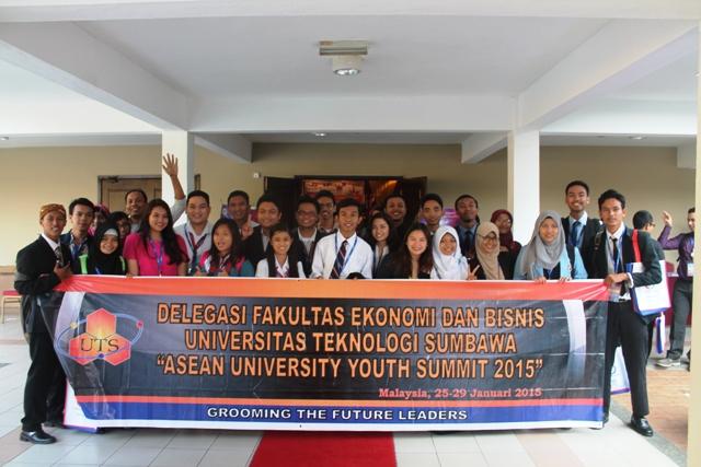 Utusan UTS foto bersama para peserta AUYS 2015 di Malaysia