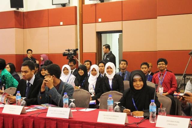 Putri Munira didampingi didampingi mahasiswa FEB UTS ketika menjadi Salah Satu Pembicara dalam AUYS 2015 di UUM Utara Malaysia.