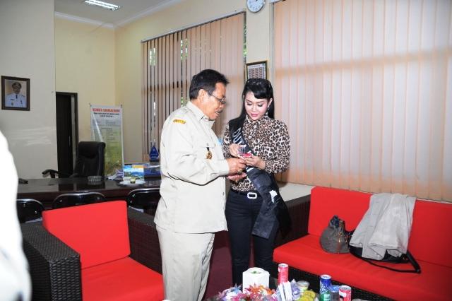 Duta KAT Ratna Listy dapat Souvenir Batu Akik dari Wabup Drs H Arasy Muhkan