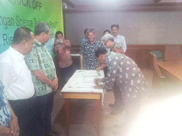 Disaksikan Menristek Dikti, Bupati Sumbawa lakukan penandatanganan kesiapan Kabupaten Sumbawa sebagai lokasi Science and Techno Park.