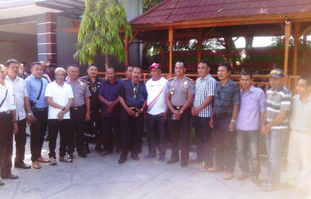 Kapolres dan Wakapolres Sumbawa foto bersama dengan sejumlah LSM dan tokoh masyarakat Sumbawa