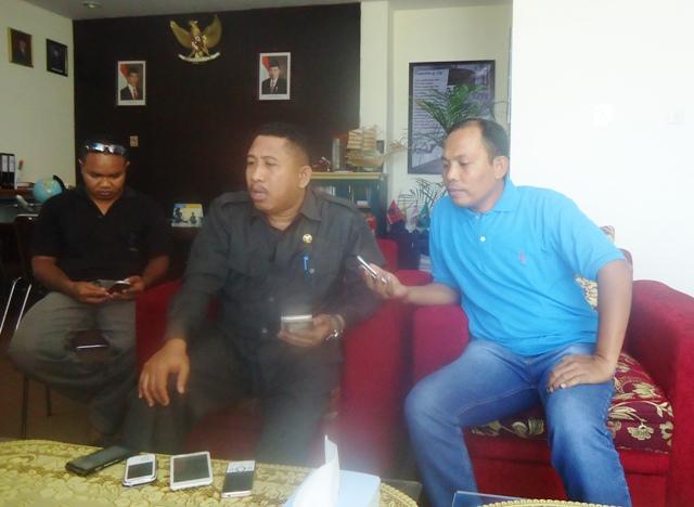 Ketua DPRD Sumbawa Lalu Budi Suryata SP  diwawancarai SAMAWAREA