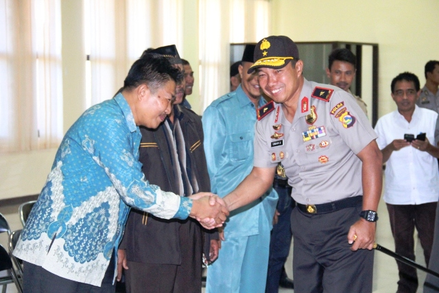 Berjabat tangan dengan Rektor Paracendikia Sumbawa, Dr Iwan Jazadi M.Pd
