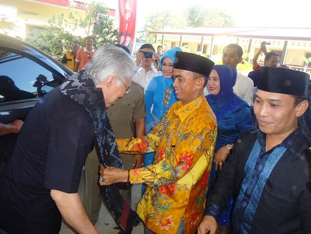 Calon Bupati H Asaat Abdullah ST mengenakan kre alang kepada Enggartiasto Lukita dari DPP Nasdem