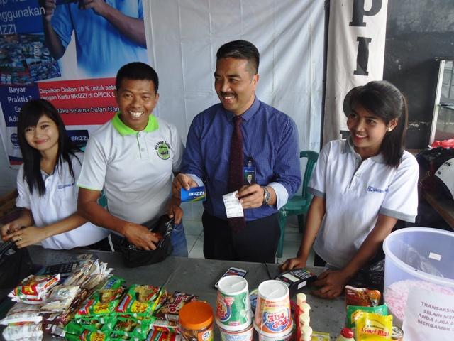 Pimpinan BRI Sumbawa, Anis Abdul Hakim didampingi Opick pemilik Bazaar Ramadhan, memperlihatkan cara cerdas berbelanja menggunakan Kartu BRIZZI