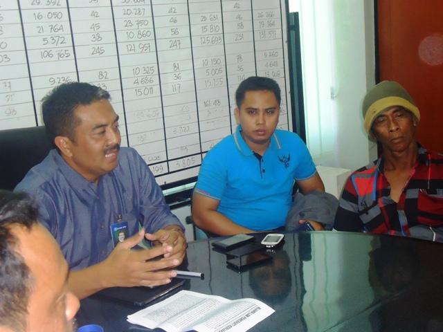 Pimpinan BRi Sumbawa, Anis Abdul Hakim saat menerima perwakilan pendemo