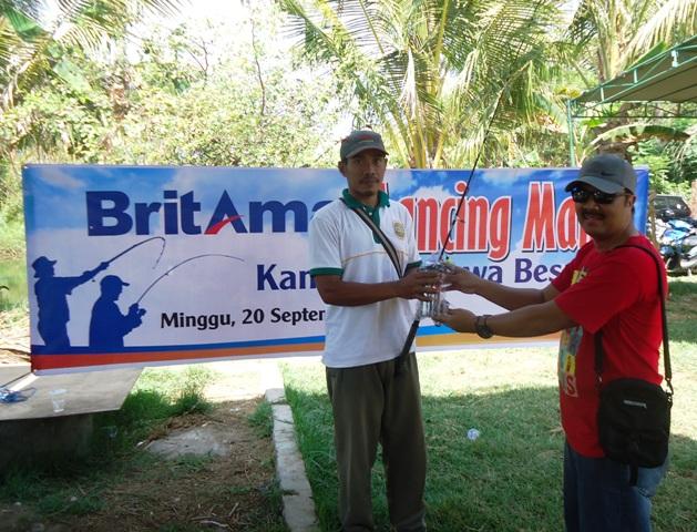 Pinca BRI Sumbawa Anis Abdul Hakim memberikan doorprize kepada salah seorang peserta