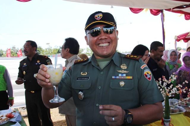 Dandim 1607 Sumbawa Letkol (Inf) Agus Supriyanto cicipi minuman berbahan jagung