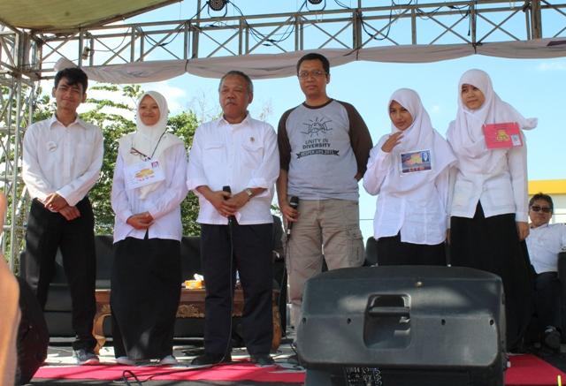 Menteri PUPR dan Pendiri UTS Doktor Zul foto bersama 4 mahasiswa baru UTS penghafal 30 Juz. Mahasiswa ini menerima uang kaget dari sang Menteri.