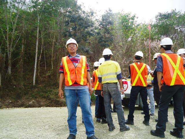 Wartawan SAMAWAREA, membelakangi lahan yang direklamasi. Kini telah berubah menjadi hutan kembali