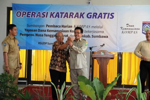 Wabup beri cinderamata cincin batu akik kepada Redaktur Senior Kompas, SB Suharto