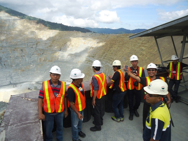 Para jurnalis mengamati lubang pit dari atas ketinggian (Look Out Pondok)