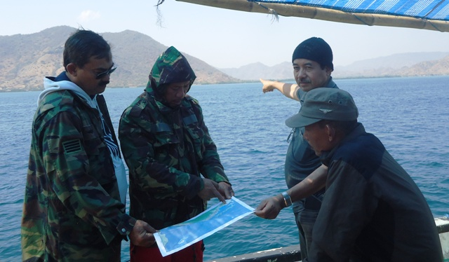 Para Pejabat Sumbawa melihat peta tapal batas Sumbawa--KSB dari atas kapal INKA MINA saat Ekspedisi Bahari.