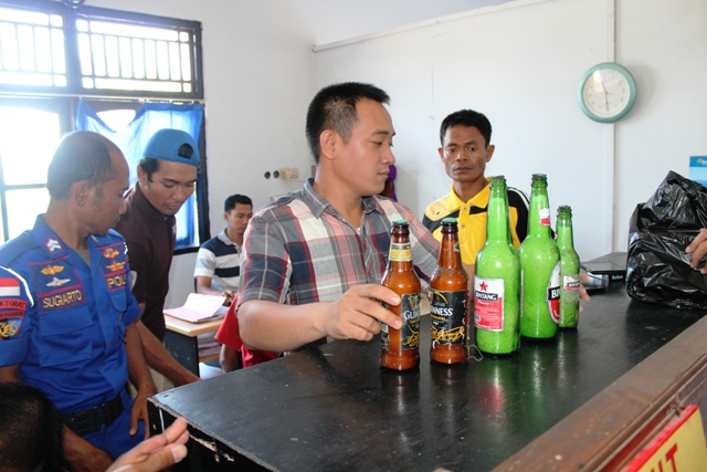 Kasat Reskrim, IPTU Tri Prasetiyo didampingi Kasat Polair, IPDA Thamrin mengecek BB handak