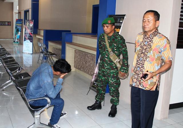 Menyesal, pemuda ini menangis di depan Kepala Imigrasi Drs Syarifullah