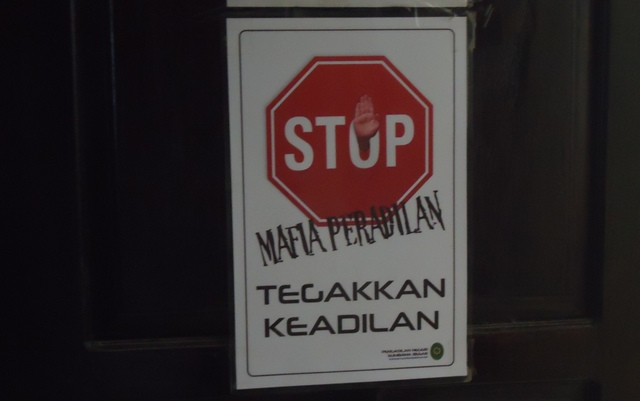 "Pamplet ""Stop Mafia Peradilan"" Tertempel di Pintu Ruang Sidang PN Sumbawa"