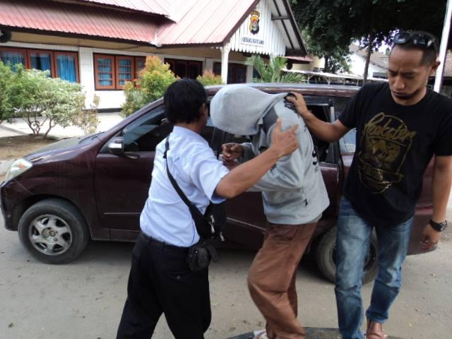 Pengedar Narkoba, AB saat ditangkap polisi