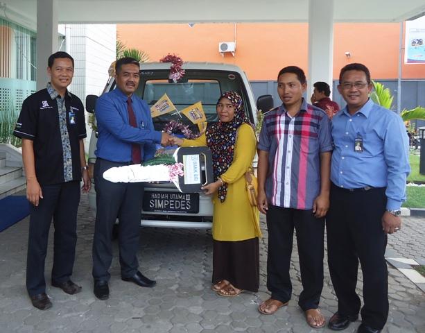 Pimpinan BRI Cabang Sumbawa, Anis Abdul Hakim menyerahkan mobil Mobil Mitsubishi Colt T 120 SS kepada Jayanti S.Pd.i Nasabah BRI Unit Taliwang pemenang utama kedua undian Simpedes 2015
