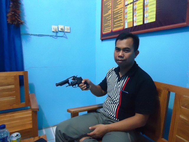 Kapolres Sumbawa AKBP Muhammad SIK memperlihatkan barang bukti Senpi