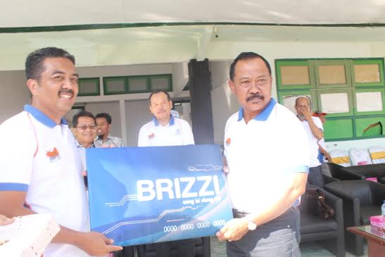 Pimca BRI Anis Abdul Hakim menyerahkan Kartu BRIZZI secara simbolis kepada Bupati Sumbawa Drs H Jamaluddin Malik