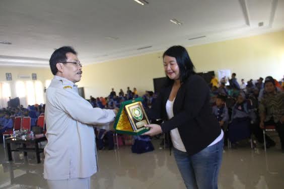 Wabup Sumbawa Drs H Arasy Muhkan memberikan cindra mata kepada Project Koordinator SFF, Elizabeth Sugiharto.