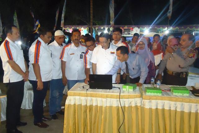 Wakil Bupati Sumbawa, Drs H Arasy Muhkan didampingi Pinca BRI Sumbawa, Anis Abdul Hakim dan pejabat BRI Kantor Wilayah, mengundi pemenang utama Simpedes Semester I 2015