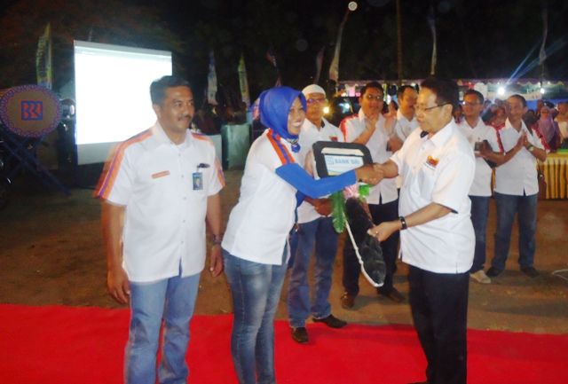Pemenang Hadiah Utama Simpedes, Hasanul Basri diwakili Kepala Unit Sumbawa Kota I menerima hadiah mobil secara simbolis yang diserahkan Wabup Sumbawa didampingi Pinca BRI Anis Abdul Hakim