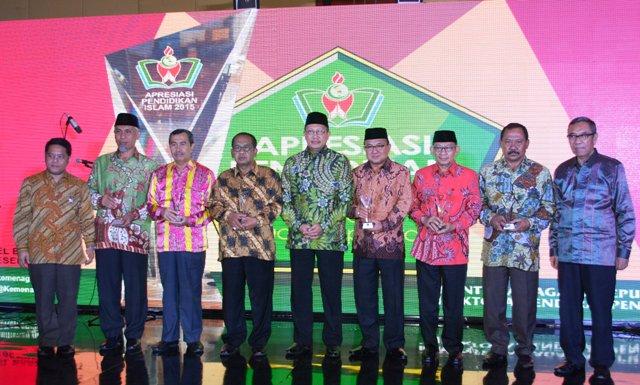 Bupati Sumbawa dan 5 kepala daerah penerima API foto bersama Menteri Agama RI (tengah)