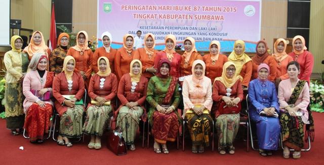 Ibu-ibu IISWARA foto bersama Ketua TP PKK Kabupaten Sumbawa dan ketua organisasi wanita