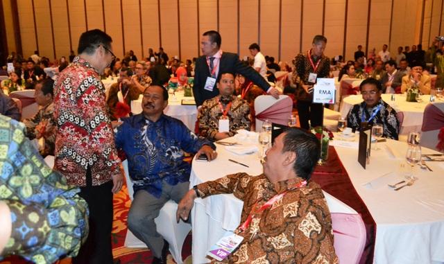 """Bupati Sumbawa bercengkrama dengan kepala daerah dari seluruh Indonesia di ajang """"Regional Marketing Award"""""""