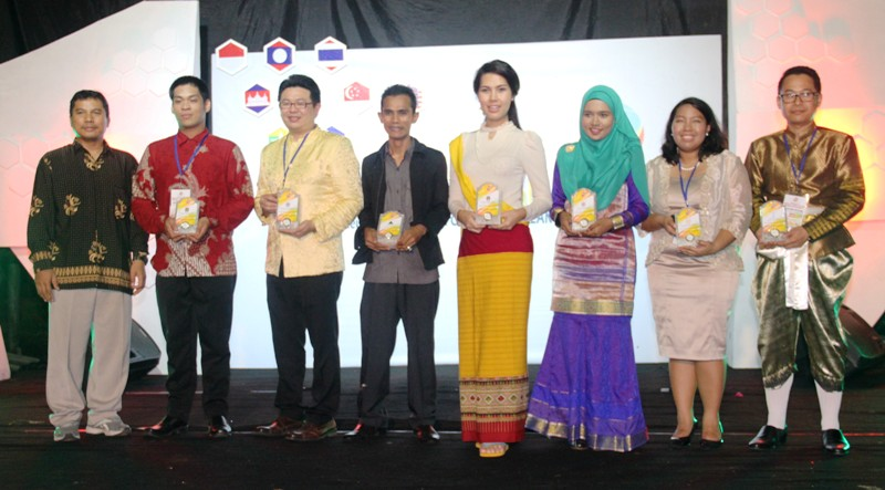 Rektor UTS, Dr Arief Budi Wintarto M.Eng, memberikan cinderamata kepada delegasi ASEAN