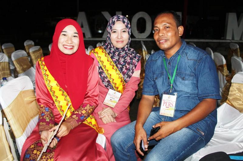 Wartawan SAMAWAREA bersama Nurma (tengah) dan Yati--delegasi UUM Malaysia