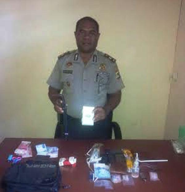Kasubag Humas Polres KSB, IPTU Hofni Nefa Bureni menunjukkan BB