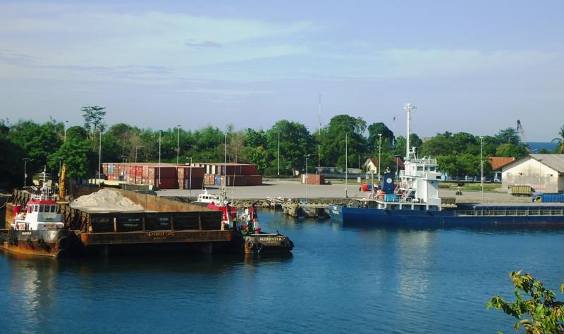 Material Galian C dari Sumbawa ke Silus Sulawesi gunakan Kapal Tongkang