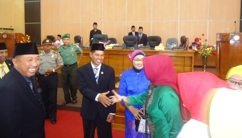Didampingi Istri, Bunardi menerima ucapan selamat dari para kolega barunya