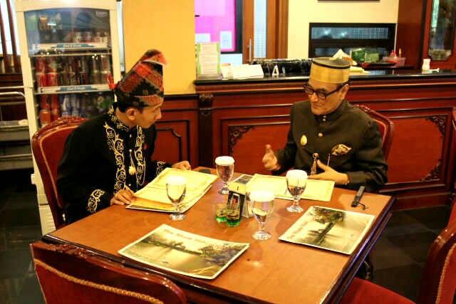 Sekretaris LATS, Syukri Rahmat S.Ag bersama Sultan Sumbawa, Muhammad Kaharuddin IV