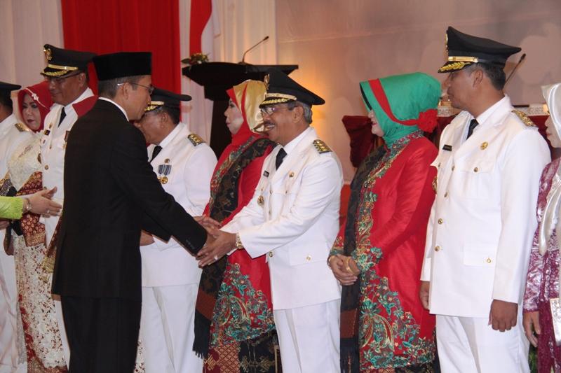 Didampingi istri, Bupati dan Wakil Bupati Sumbawa menerima ucapan selamat dari Gubernur NTB