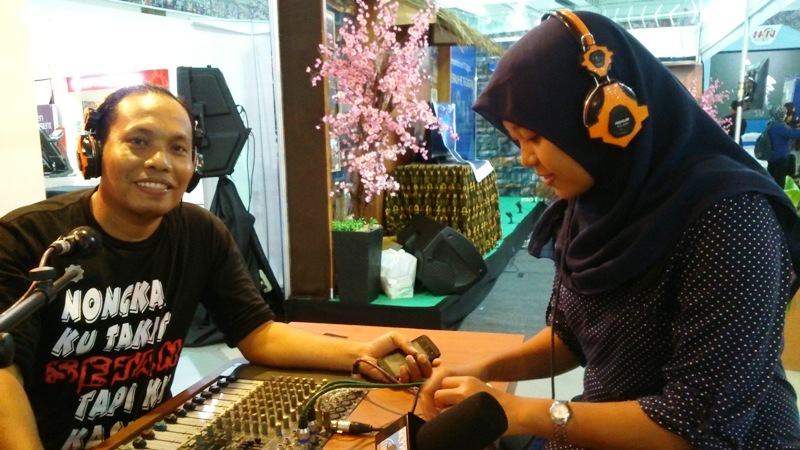 Wartawan Samawarea dan Staf Humas Sumbawa di stand Suara NTB dan Global FM