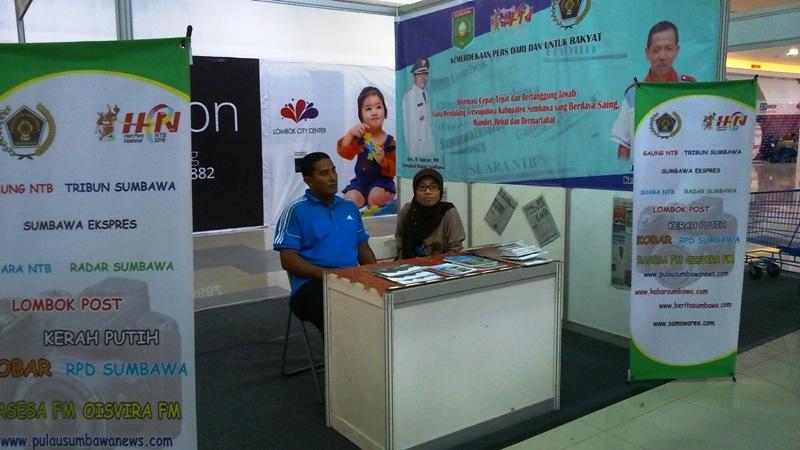 Dua staf humas Sumbawa di Stand PWI Sumbawa, Linda dan Ichwan Syarif