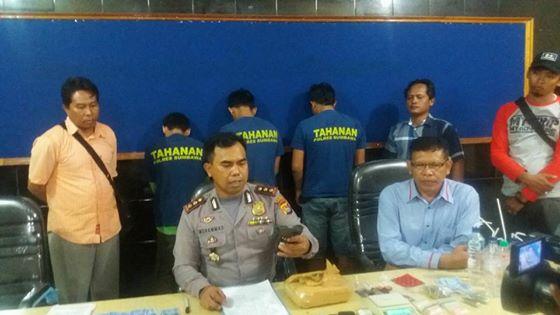 Kapolres Sumbawa didampingi Kasat Narkoba menggelar jumpa pers