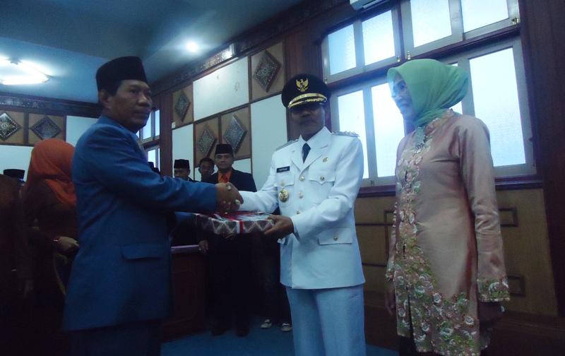 PLH Bupati Sumbawa, Drs H Rasyidi menyerahkan secara simbolik amanah kepada penjabat Bupati Sumbawa, Drs H Supran MM