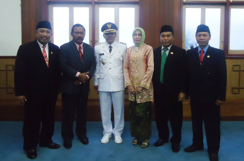 Bersama mantan Bupati Drs H Jamaluddin Malik dan segenap pimpinan DPRD Sumbawa