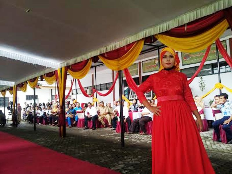 Busana Muslim rancangan siswi SMKN 1 Sumbawa