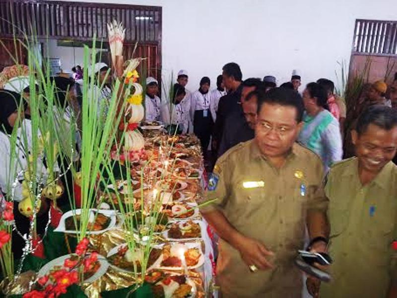 Kadis Diknas Sudirman Malik dan Kepala SMKN 1 Sumbawa, Asari S.Pd M.Pd