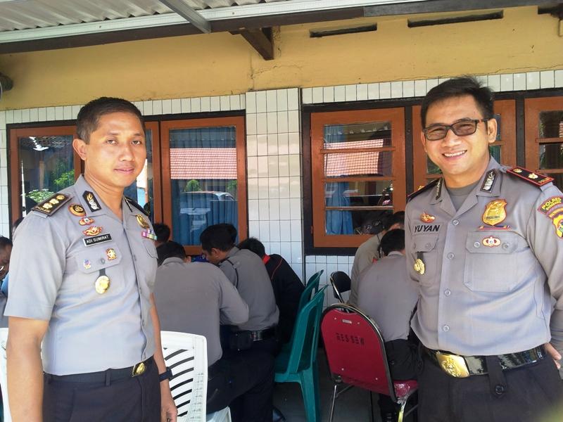 Kabag Psikologi Polda NTB, AKBP Adi Sumirat SIK SH MH dan Wakapolres Sumbawa, Kompol Yuyan Priatmaja SIK