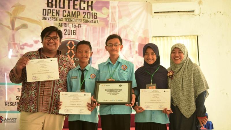 SMPN 1 Sumbawa juara Favorit (Muhammad Farid Anshori, Annisa Safira Azzahra dan Lauhul Afiat Kahfi)