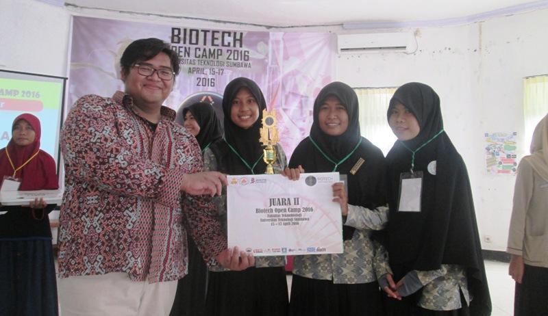 Juara 2 Tim SMAN 1 Lape (Irma Yunita, Selly Wahyuni dan Maeranda Safitri)