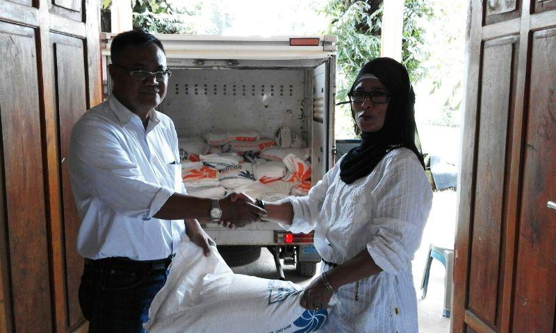 Kabid Banjamsos menyerahkan bantuan melalui Camat Lantung